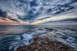 תמונות נופים מרהיבות הן אלו שלוכדות את תנועת הטבע. אל האינסוף ומעבר לו, שמים ומים צבועים בגוונים קרים של כחול אפור ולבן, שמש מציצה מבעד העננים בצהוב וכתום חמימים ומזמינים, תנועה שהונצחה בזמן. תמונה לסלון מעוצב בסגנון צעיר רומנטי