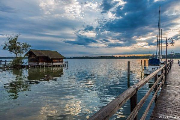 צבע כחול עמוק דרך טורקיז קלאסי ועד לאפור סוער האגם המקיף את סביבותיו ומתפרץ מהתמונה משרה בסלון בעיצוב מודרני או קלאסי אמירה חזקה ויוקרתית