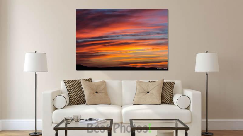 רצועות צבעוניות בגווני השקיעה נמתחים בשמיים. תמונה מרהיבה בצבעוניות חמה לסלון מעוצב בסגנון נקי מודרני עם צבעים שקטים.