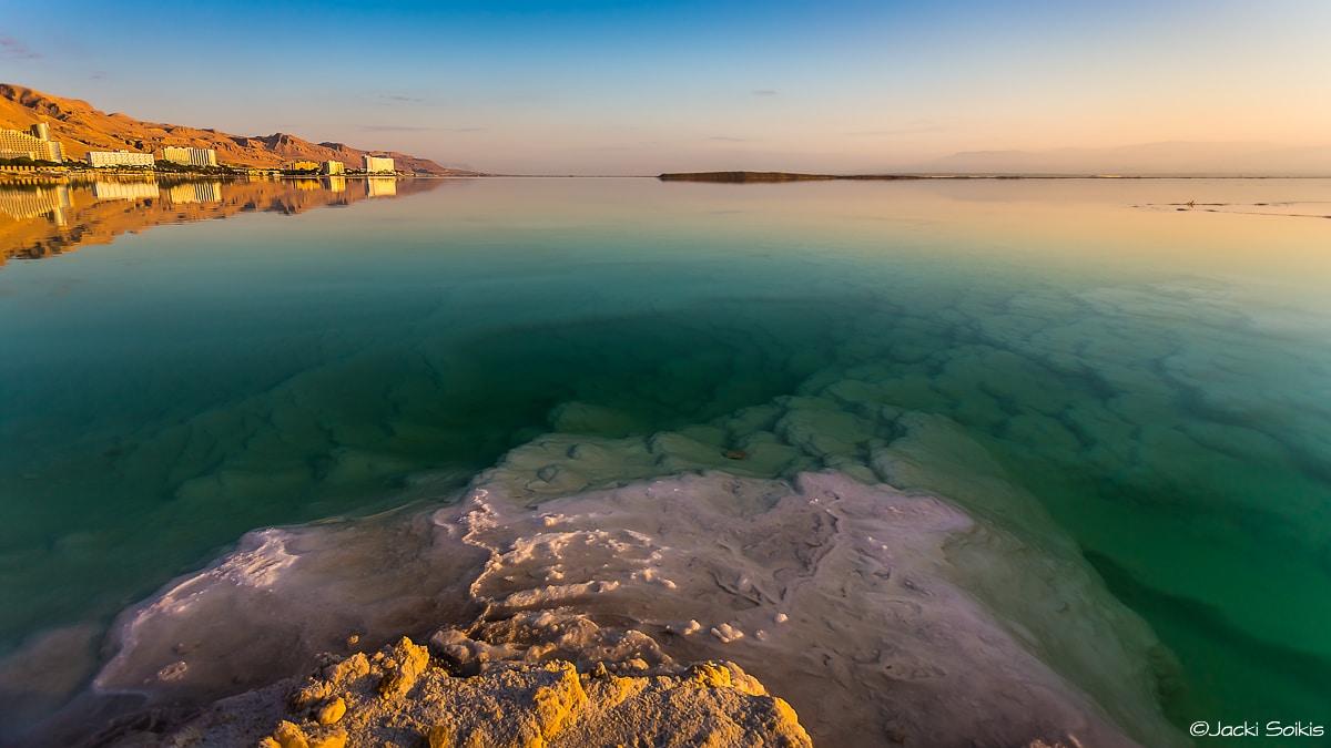תמונת קסומה של זריחה זהובה, המים מקבלים את קשת גווני הג'ייד והשמש צובעת בצהוב קופצני את ההרים, צבעים עמוקים וחמים נהדרת כתמונה לסלון הרומנטי קלאסי
