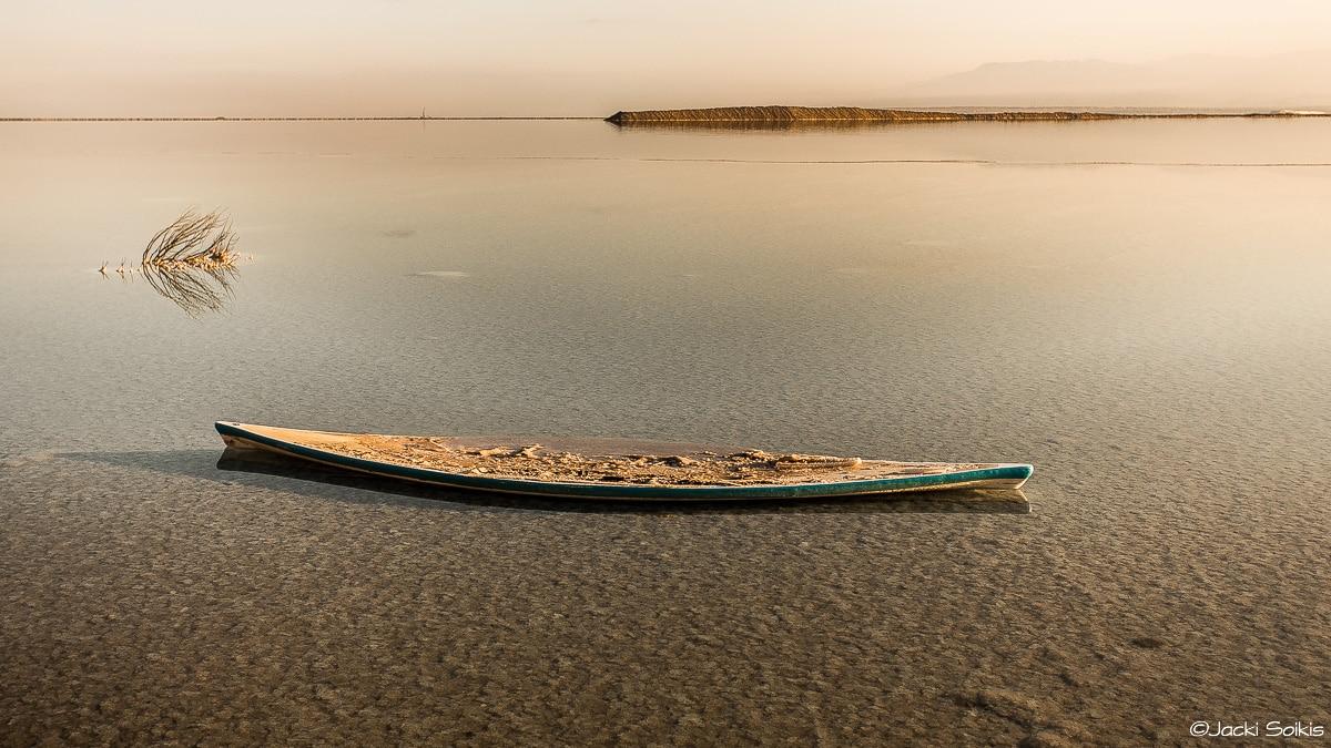 תמונות נופים יכולות להציג פנים שונים של הטבע, ותמונה זו מתאפיינת במינימליזם מדויק בגווני זהב וחום בהיר, כשסירה צבועה לבן וטורקיז עמוק צפה בנעימות על גבי ים המלח הנצחי. תמונת פנג שוואי לבית הנכון