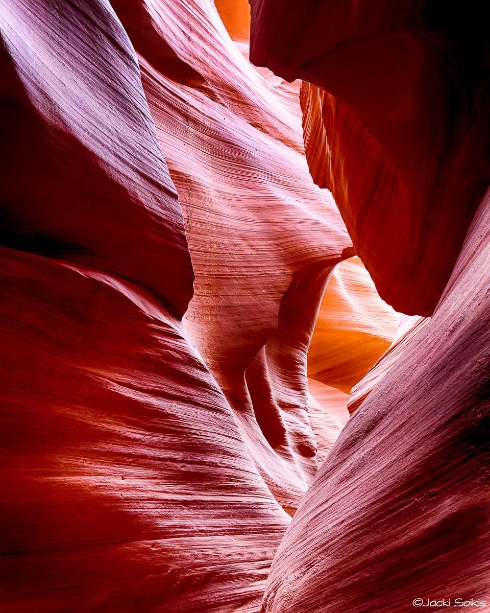 תצורות הסלע המרהיבות שיצרו כוחות הטבע נראות בתמונה זו כמבוך מורכב. גווניה הכתומים והסגולים של התמונה יכניסו להט ותשוקה לסלון או לחדר השינה