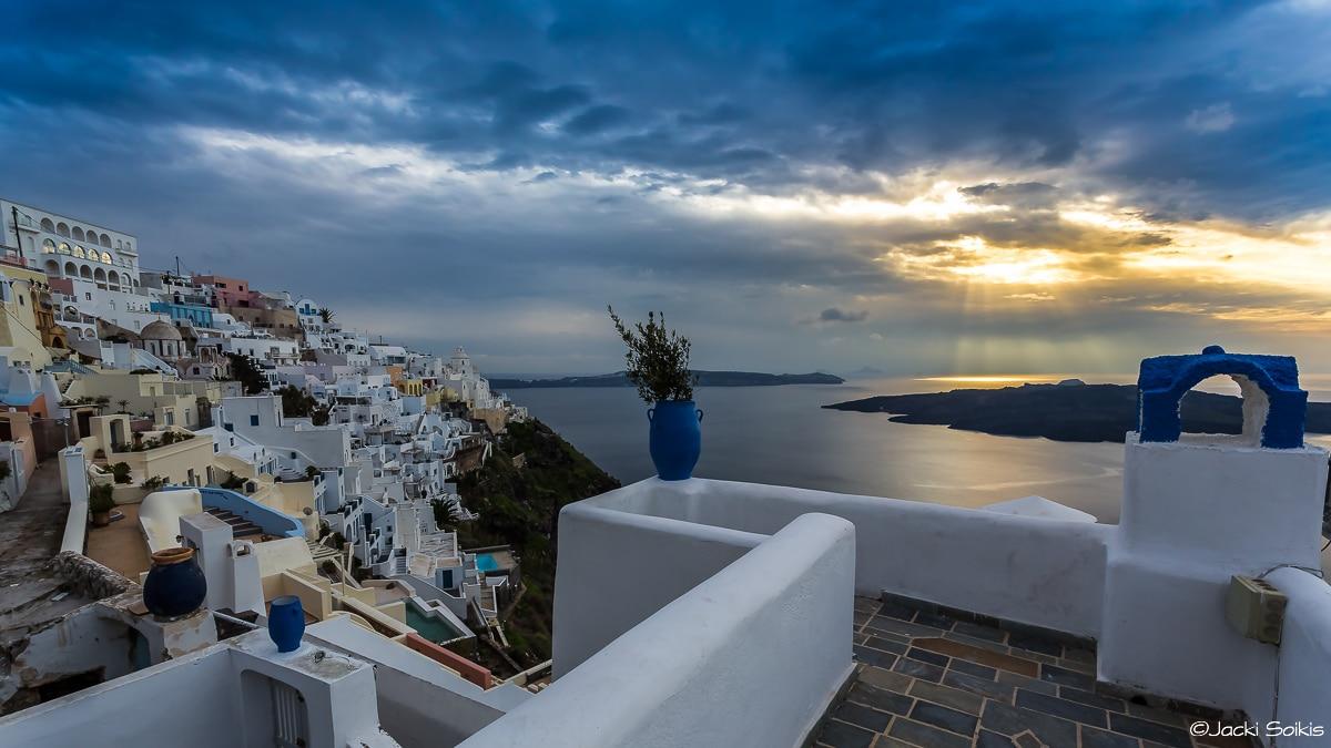 צילום מרהיב של חלון לים התיכון ממגוון צילומים למכירה המתאים לסלון עם אווירה דינמית