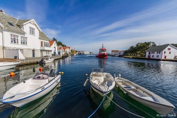 הרמוניה בצבעים של כחול לבן ירוק ואדום סירות מרחפות על גבי לגונה שלווה עיירה חלומית תמונה ללוח חזון ולעיטור קירות הבית