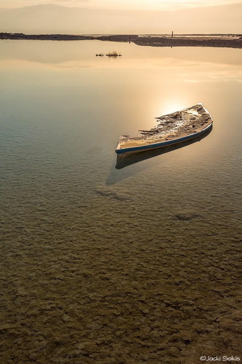 תמונת ים סירה בלי מפרשים מתוך מגוון תמונות לסלון ולמשרד אלגנטיים