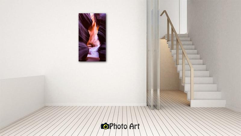 תמונת בין השניים בהדמיה על קיר בבית מודרני