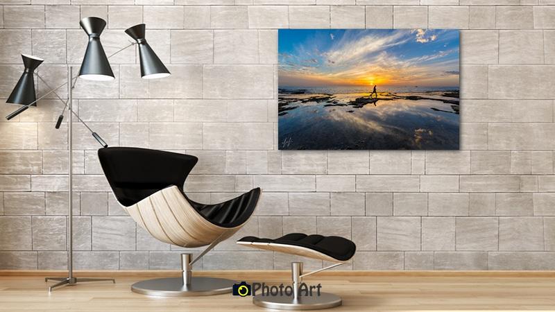 תמונת דייג בשקיעה בהדמיה על קיר לבנים מודרני