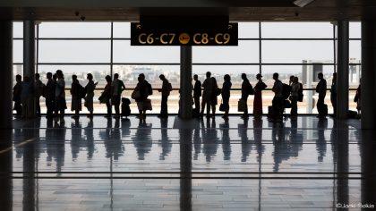 תמונת שחור לבן לסלון של תור להמראה בשדה התעופה