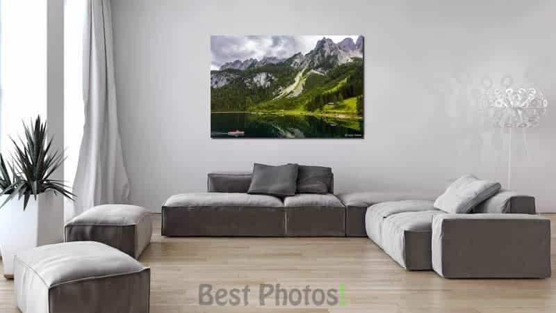 תמונת שניים בסירה בהדמיה על קיר הסלון