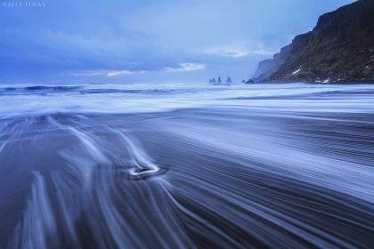 כאשר גלי האוקיינוס האטלנטי הצפוני פוגשים את יבשת איסלנד בחלקה הדרומי, מתגל מחזה מרהיב זה כאשר קצף הגלים נמתח לאורך החוף השחור והאיסופי. צילום מעולם אחר ובאווירה מיוחדת לסלון ביתכם כשהו מתוח על קנבס