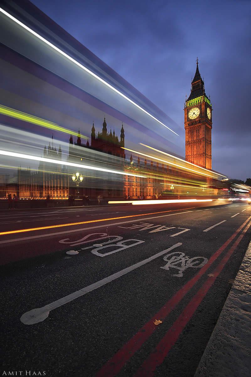 תמונה מלאת דינמיות הלוכדת את שלל אורותיה של העיר לונדון בשעות הלילה, על כלי הרכב הנעים בה ביעף. מתאים לסלון או משרד בעיצוב אורבני צעיר
