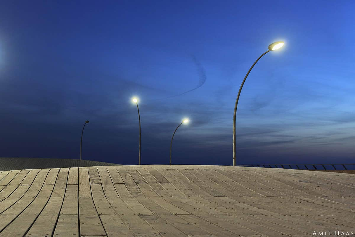 בין היום לילה מתגלים קימורים מרחביים בכל חלקי התמונה ויחד יוצרים שלם נעים ועדין למתבונן. צילום נהדר לסלון באוירה אורבנית ומודרנית