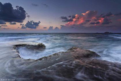 ניגודיות משלימה בין הענן בצבעי השקיעה לבין צורת השונית מנגד היוותה השראה לכותרת התמונה. צילום מרגיע ומאוזן לחדר השינה ולסלון