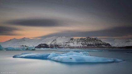 בתוך לגונה של הרים מושלגים שטים לאיטם קרחונים כחלחלים. גוני האפור והלבן השולטים בתמונה מרמזים על הסביבה הארקטית שבה היא צולמה ומבדילים אותה מתמונות אחרות של ים. תמונה שתיראה נפלא בסלון בעיצוב מודרני