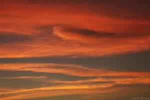 צילום הנראה כציור מופשט בצבעי אקוורל בגוונים חמימים על גבי קנבס הנותן לדמיון ללכת בין חוטי המחשבה המתגלים כאן על-ידי העננים שנצבעו בארגמן של שקיעה. צילום בסגנון אבסטרקטי לבית ולמשרד