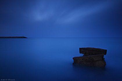 בין היום והלילה, בין המים לשמים, בקצה המזח ההולך ושוקע לאיטו בכחול הגדול צולמה תמונה זו במשך דקות ארוכות. תמונה באווירה שמימית ומינימליסטית כאשר היא מתוחה על קנבס למשרד ולבית