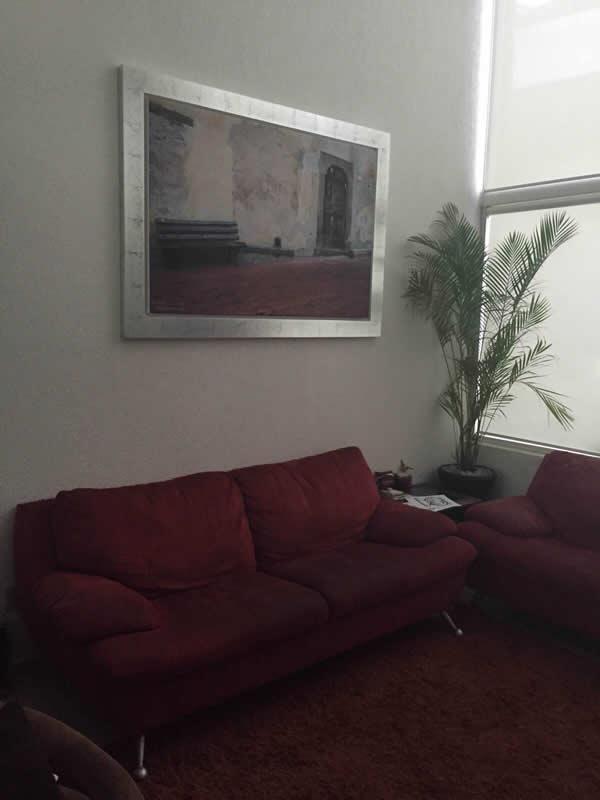 תמונת שמונה בסלון בית הלקוח - התאמה מושלמת לצבעי הריהוט