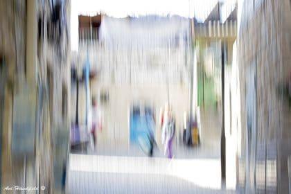מבין כתמי הצבע הבהירים מתגלה לאיטה תמונת רחוב דינמית ושוקקת חיים - הולכי רגל, כביסה מתייבשת, חלונות ודלתות. תמונה מלאת חיים שתשתלב נפלא עם סלון בעיצוב אורבני צעיר