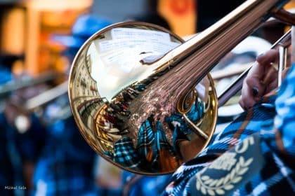 בגוונים עליזים של כחול וכתום, אפשר ממש לשמוע את צלילי החצוצרה. החיים יפים ובאנו לעשות שמייח, אז קדימה, התמונה המושלמת לפינת האוכל, המשפחה או חדר הילדים