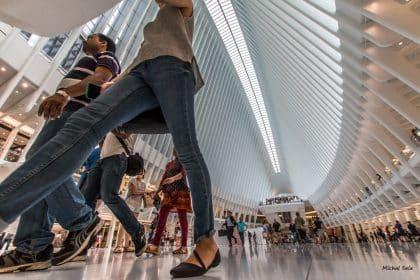 """לזה קוראים """"דאון טאון שופינג"""".שעת העומס בגראונד זירו בדאון טאון מנהטן מנקודת מבט ייחודית הצופה בקונים דרך תנועת הרגליים.מנהטן עומדת על רגליה ומשתקמת מהריסות 9/11"""
