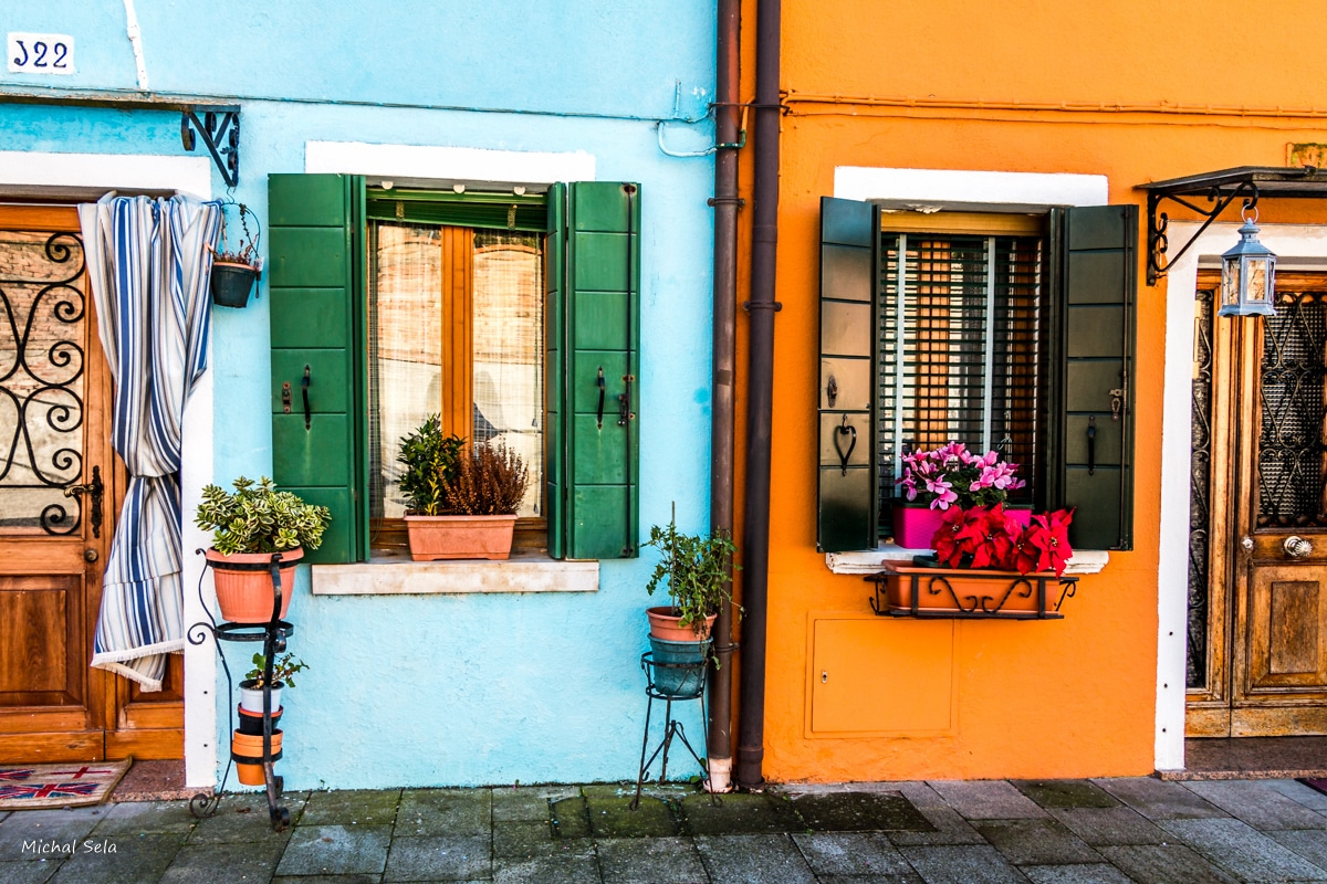 אין כמו שילובי הצבעים באי בורנו באיטליה, שבו כל בית צבוע בצבע אחר. תמונה ממבחר עשיר של תמונות אווירה לסלון שתצבע את קירות ביתכם בהמון אור, שמחה וססגוניות