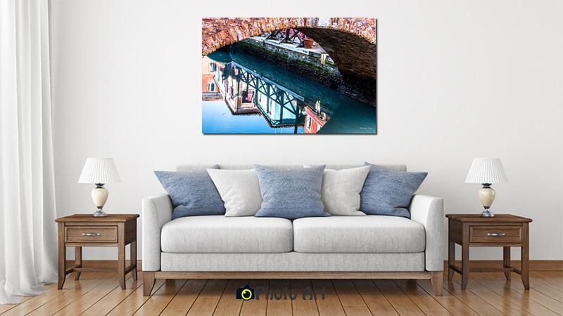 הדמיה בסלון של תמונת מראה מתחת לגשר