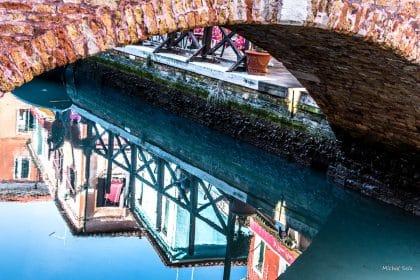 צילום שהוא כציור ובו מעל ומתחת משמשים בערבוביה. הבתים הצבעוניים של האי בורנו, מרחק שייט מוונציה, מכניסים אור וססגוניות לחלל הבית. קלאסי לסלון ולפינת האוכל