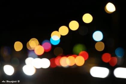 ריצודי אור ססגוניים חותכים את הלילה השחור ומסייעים ליצורי היום להתמצא במרחב האפל. תמונה מופשטת ובעלת עומק המשתלבת נפלא עם סגנון אורבני צעיר במשרד או בסלון
