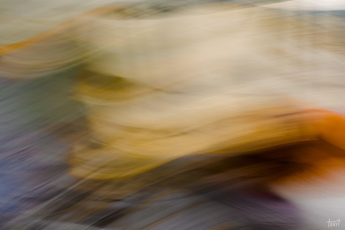 תמונת אבסטרקט לסלון הלוכדת משיכות של אור