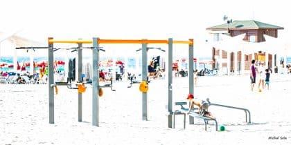 מי אמר שחוף הים זה רק בטן גב...? מתקני סספורט מדליקים משובצים בחול להנאת הרוחצים הפעילים. לסלון, פינת המשפחה וחדר הילדים.
