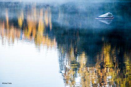אור ראשון עולה על האגם בהרי הטטרה בסלובקיה. תמונת אווירה מושלם לסלון או לחדר השינה