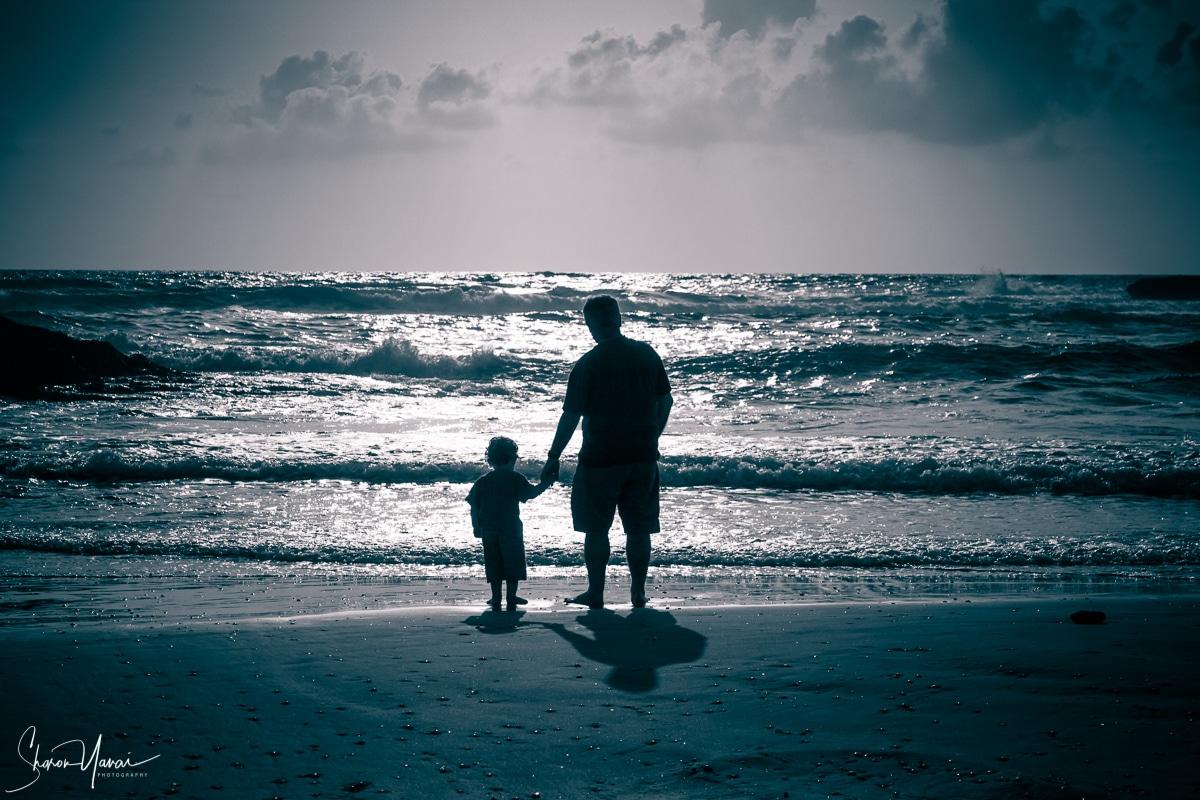 תמונת אב ובנו על החוף ממגוון תמונות נוף ים