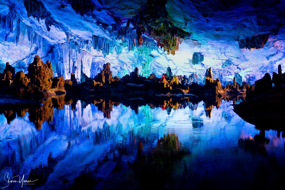 מערת נטיפים כחולה בצילום מרהיב ממבחר תמונות טבע איכותיות לבית