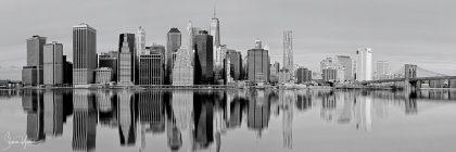 תמונה פנורמית ובה השתקפות של מנהטן בנהר ממגוון תמונות שחור לבן לבית