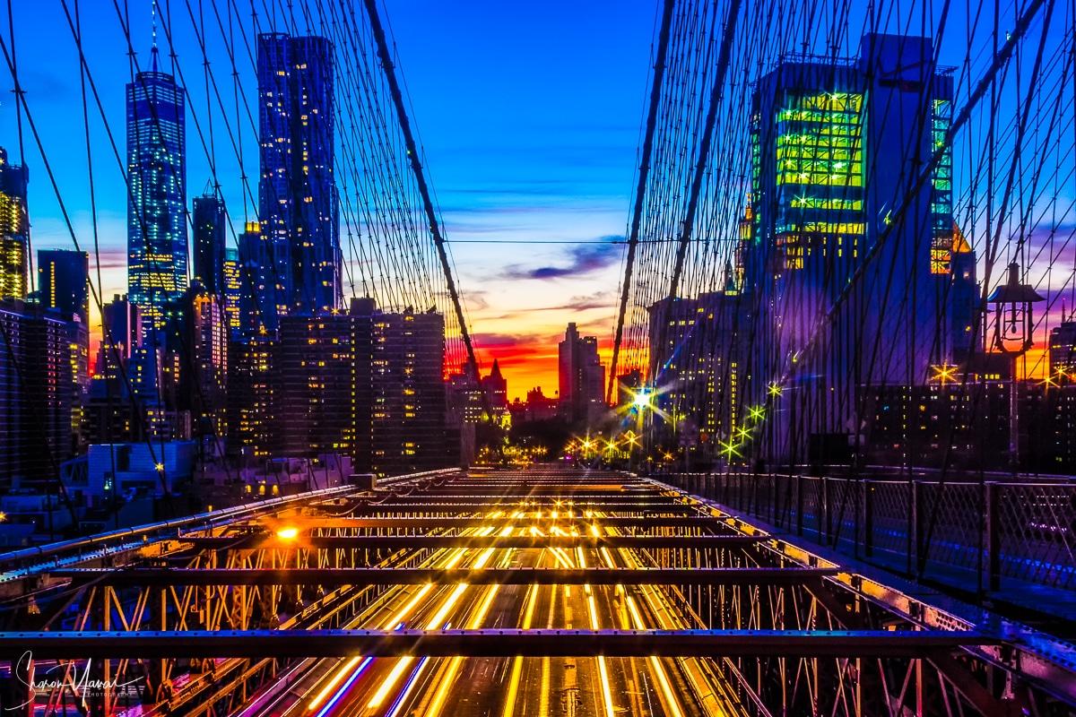 מגוון תמונות נוף עירוני ובהן תמונת שקיעה מעל העיר