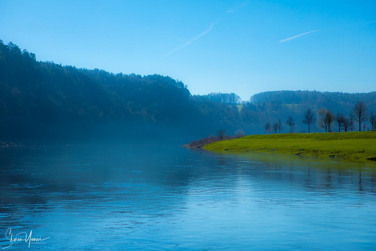 תמונת נוף מהפנטת של ערפילי בוקר בגרמניה