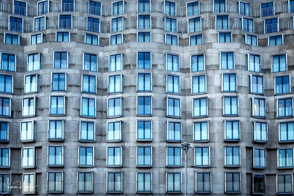 תמונת פנס בודד - נוף עירוני בגוני אפור וכחול