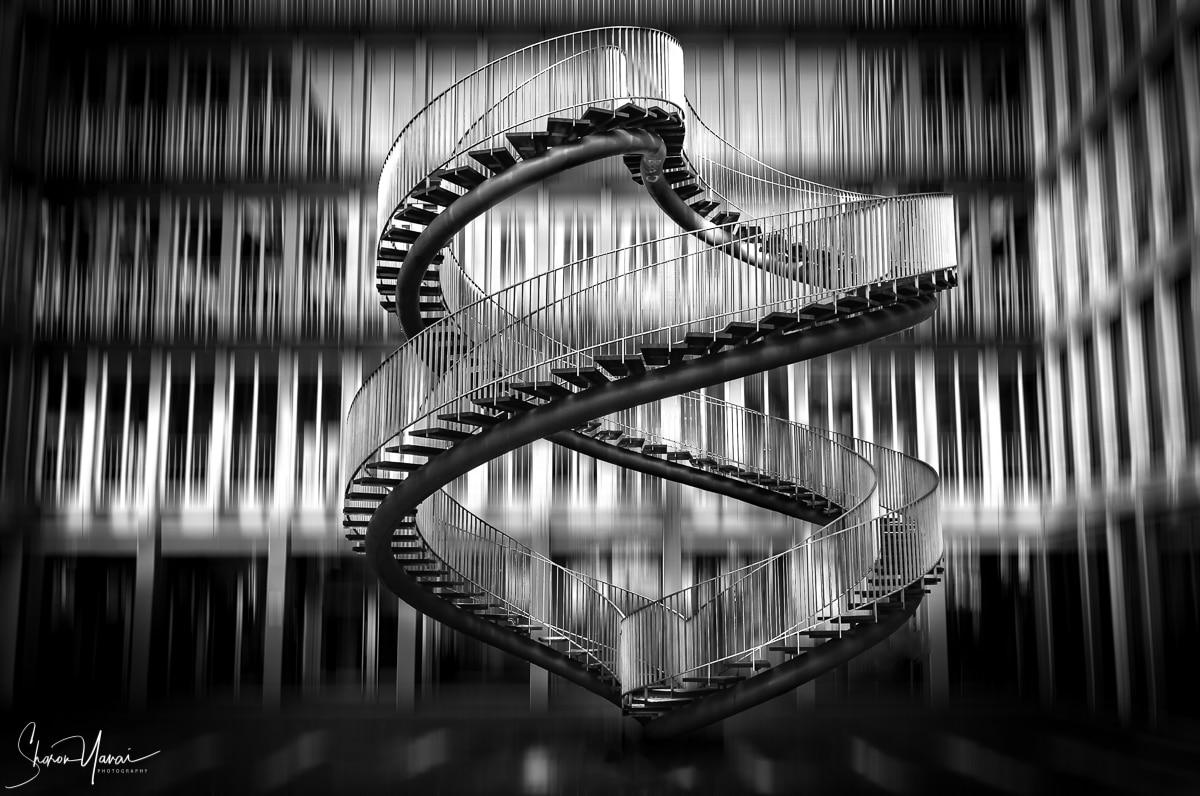 תמונת מדרגות לאינסוף. תמונת שחור לבן המתאימה למשרד