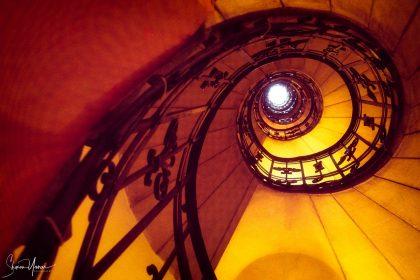 מדרגות בספירלה. עבודה בגוונים חמים של אדום וכתום. מתאימה לסלון ולמשרד