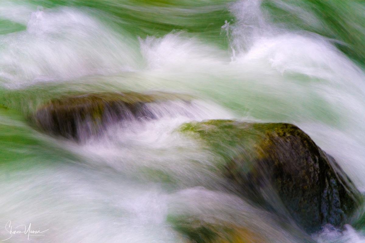 אחד היסודות בטבע המחברים אותי לרוגע ושקט. מים זורמים על סלעים בנחל ויוצרים מערבולות ומזכירים לפעמים למה שקורה אצלינו בנפש פנימה. עבודה בגוונים של ירוק המתאימה מאוד לבית ולמשרד
