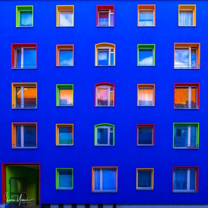 אחד הדברים שאני הכי אוהב זה לטייל ברגל. לפעמים טיול כזה, אפילו אם הוא באזור עירוני יכול להפתיע. בניין כחול עם חלונות צבעוניים ומיוחדים. העבודה מתאימה מאוד למשרד ולחדר ילדים.