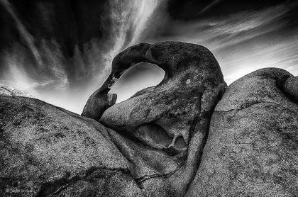 תמונת מוביוס - סלעים ושמיים מעוננים ממבחר תמונות שחור לבן לסלון