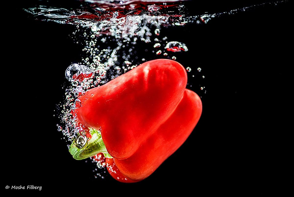 תמונה לפינת אוכל של פלפל אדום בתוך המים