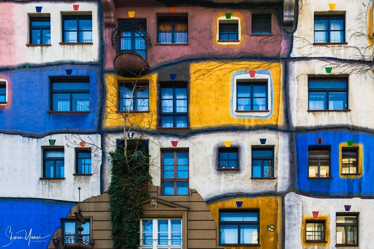 תמונה צבעונית שמכניסה חיים לחדרי הבית כמו הסלון או חדר טלוויזיה