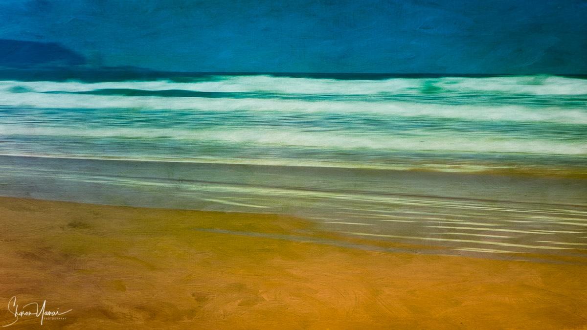 תמונה מופשטת של חוף הים עם גלים, עם צבעים חיים ובהירים שמביאה את החוף עד לבית