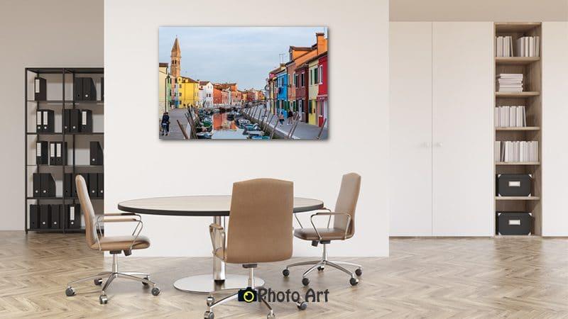 תמונת מגדל מעניקה זריקת צבע לקיר המשרד