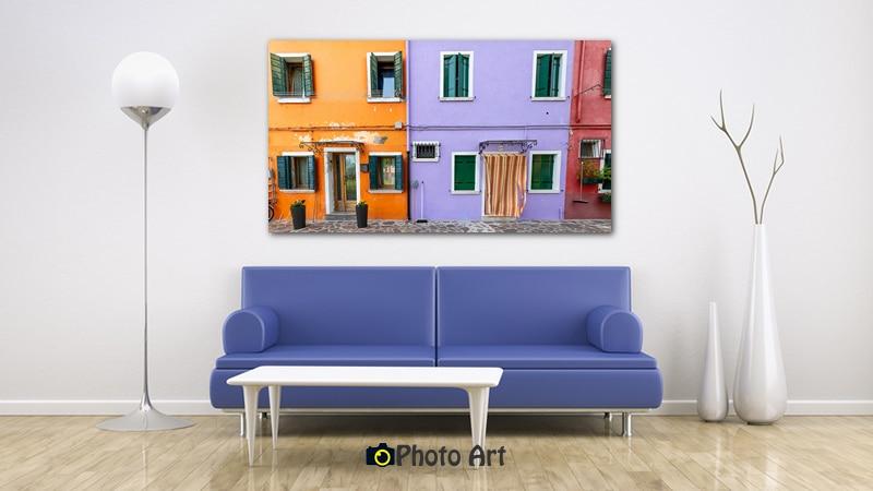 הדמיה של תמונת סגול וכתום בסלון מודרני
