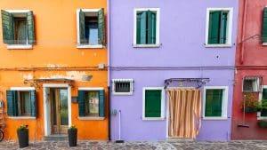 סגול וכתום מתנגשים ומשלימים בתמונה ממגוון תמונות עירוניות לבית