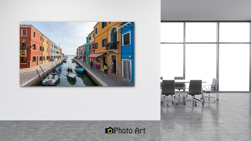 תמונת נכנסים העירה משתלבת נהדר בעיצוב משרד מודרני