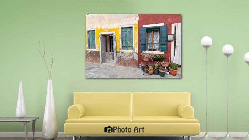 תמונת שכנות טובה בסלון בצבעים טבעיים